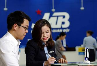 A bank teller advising a customer at an MBBank branch in Hanoi. Photo acquired by VnExpress.