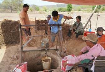 Locals in Thuan Hoa commune in Ham Thuan Bac District dig a well for water. Photo by VnExpress/Viet Quoc