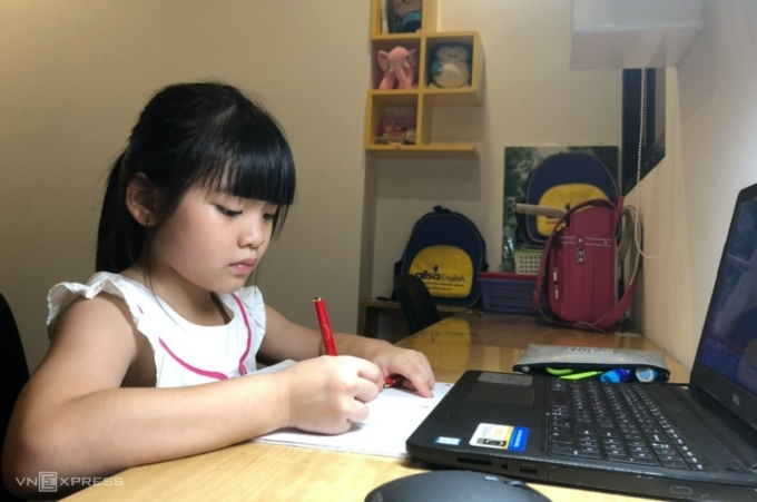 A student in an online class in Hanoi, September, 2021. Photo by VnExpress/Thanh Hang.