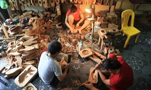 Kết quả hình ảnh cho Hanoi family making mooncake molds hopes craft lasts forever