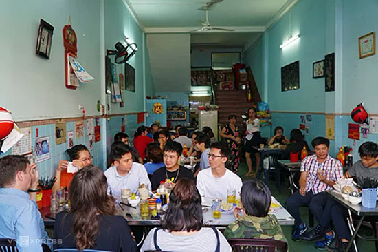 The eatery is packed with customers in the afternoo. Photo by VnExpress/Di Vy.