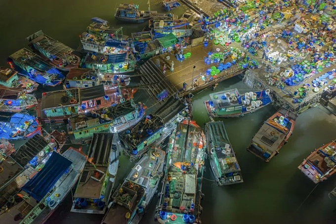 At around 3 a.m. fishing boats gather at a wharf near Hon Gai seafood market near Bai Chay Bridge after a long night out at sea.The wholesale market is open from early morning until 10 a.m., but its busiest time is between 7 a.m. and 9 a.m. when traders rush to buy the freshest fish.