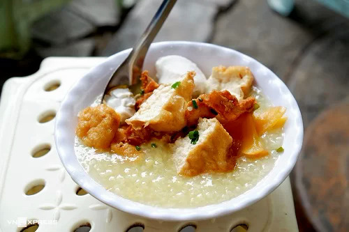 A bowl of bean porridge with tofu, pickled eggplants and pickled radish costs VND24,000 ($1).