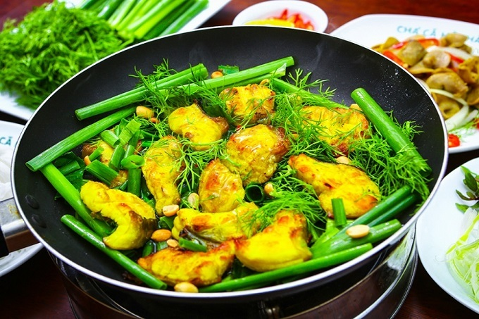 Cha ca, the pan-fried squares of fish tossed with dill, onion, turmeric and galangal, is a well known, much favored dish of Hanoi. Photo by VnExpress/Quynh Trang.