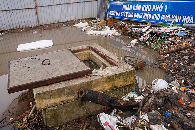 Many sewers along the street are filled with dirt and garbage. Quyet, a resident of the street, said: Since the road was dug up, it has become dusty during sunny season and muddy during raining season, the muddy rainwater became a trap for the people on the road,