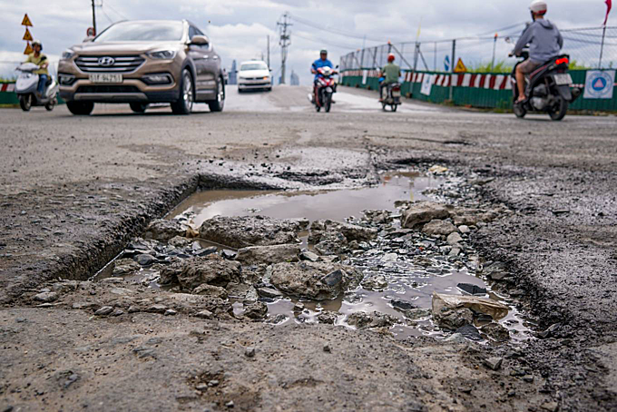 Potholes at the intersection of Luong Dinh Cua and Tran Nao streets