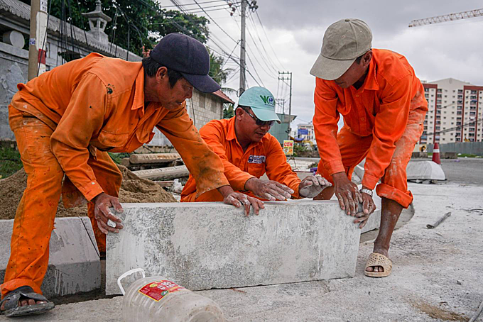 Workers make stones for the sidewalk. Doan Phu Duc, the projects investor and deputy director of the management board, said the project has only been completed more than 50 percent. The section 200m section near Hue Nghiem Pagoda is finished. The main cause of the projects slow progression is because 60 percent of the land has been cleared, making its difficult to bring machinery and equipment here. Workers are now only moderately constructing, only working on section of the site that has been cleared, he said.