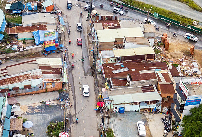 At the intersection with Tran Nao street, many houses have not been cleared because compensation settlement for relocation have not been reached with local residents. According to Duc, the project is expected to be completed in 2020.
