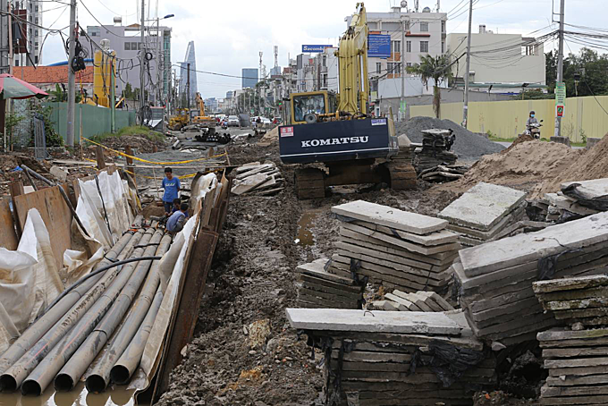 The surface of Luong Dinh Cua Street strewns with construction materials and machineries.The Urban Transport Management Area 2 started upgrading and expanding the street in April 2015. The project is expected to be completed after two years.